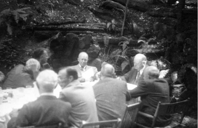 Ernest O. Lawrence spożywania z przyszłości prezydent Stanów Zjednoczonych Dwight Eisenhower i byłego prezydenta Stanów Zjednoczonych Hoover w Bohemian Grove, 23 lipca 1950 .